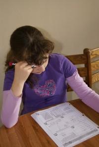 una nena fent deures